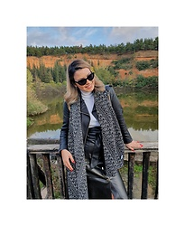 Sissi Stan - Moschino Grey Scarf, Zara Mid Lenght Leather Skirt, Zara White Turtleneck Pullover - A walk at the park