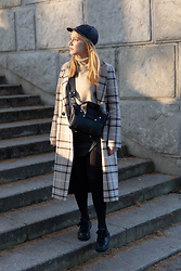 Ewa Michalik - Monnari Turtleneck, Talia Coat, Beltbag Bag, Vanda Novak Sneakers - Casual Sunny Day