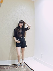 Valéria Przysbeczyski - Renner T Shirt, Pop Me Top, Shein High Waisted Shorts, Converse All Star - Black in Black
