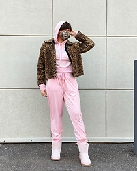 @_heyitsjules - Ugg Pink Uggs, Juicy Couture Pink Tracksuit, Thrifted Leopard Print Coat, Juicy Couture Face Mask - IG: _heyitsjules