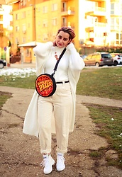 Evilish Queeny - White Chunky Cardigan, Second Hand Pizza Shoulder Bag, Palladium High Top White Platform Sneakers, Pizza Necklace - Pizza is Life, Pizza is Love